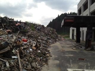 南三陸合同庁舎前の瓦礫.jpg
