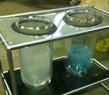 液体窒素(透明)、液体酸素(水色).jpg
