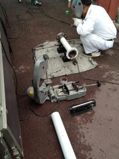 現場でのガス配管溶接作業