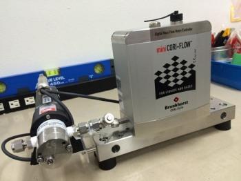 脈動のない液体ポンプと流量計側機器