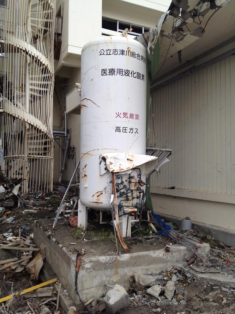2016.03.11被災した酸素タンク1.jpg